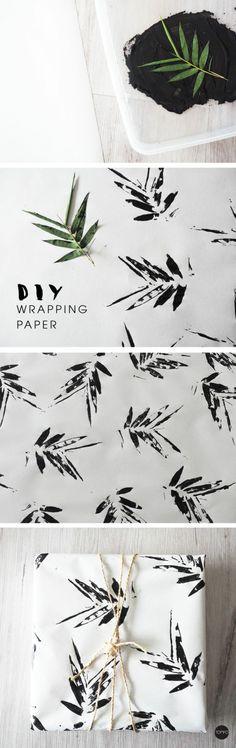 stempel selber machen, weißer stoff, schwarze farbe, blatt, geschenkverpackung