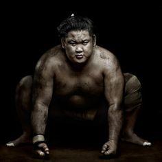 La disciplina de toda una vida, el entrenamiento físico duro y la preparación para la pelea pueden explicar el estado de semi-dioses de los luchadores de sumo en Japón hoy en día. Foto: Denis Rouvre.