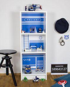 IKEA BILLY HACK - DIY Polizeistation für Kinder. Einfach ein IKEA Billy Regal mit den Möbelaufklebern von Limmaland pimpen. Fertig ist die Polizeiwache für das Kinderzimmer. www.limmaland.com