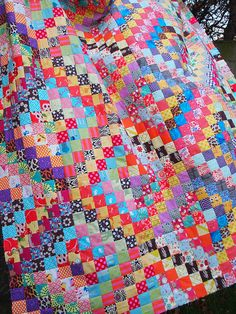 scrappy trips - quiltville free pattern love the black Cute Quilts, Scrappy Quilts, Pink Quilts, Quilting Projects, Sewing Projects, Quilting Ideas, Modern Quilting, Hand Quilting, Sewing Ideas