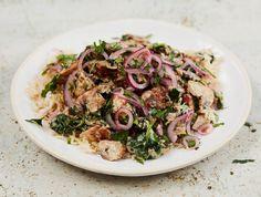 Jamie's kip-champignon stroganoff met snel ingelegde rode uien.