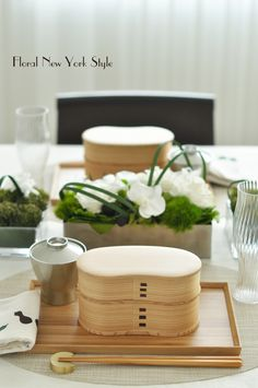Table Decorations / Table Settings スタイルのある暮らし It's FLORAL NEW YORK Style ~暮らしをセンスアップするフラワースタイリングで毎日を心豊かに、心地よく~ Buffet Set Up, Table Set Up, A Table, Japanese Table, Japanese Party, Sushi Party, Etiquette And Manners, Table Setting Inspiration, Table Manners