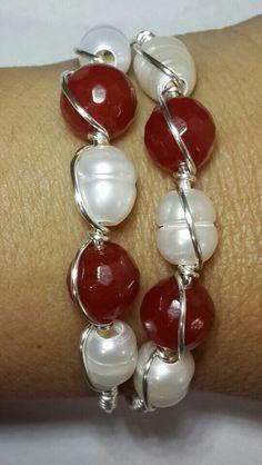 Pulsrra en ágata, perlas de río y aluminio triple AAA