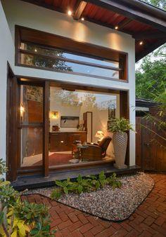 リラックスのための美しいファームハウス #ファームハウス #平屋 #一軒家 #homify monica khanna designs の 窓