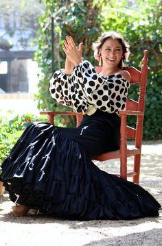 Low Chic: JLu Zambonino: Mis flamencas de la calle Cuna Spanish Dance, Spanish Style, Spain Culture, Flamenco Dancers, Spanish Fashion, Cool Outfits, Fashion Outfits, Dance Art, Black White Red