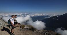 A Júliai-Alpok egyik legszebb csúcsán - Nem túl nehéz, de magas és látványos, a környéke tele szurdokokkal és vízesésekkel: ez a szlovén-olasz határon magasodó Mangart. Megmásztuk. Mountains, Nature, Travel, Culture, Naturaleza, Viajes, Destinations, Traveling, Trips
