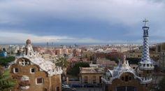 """La estética que planteó Antoni Gaudí vibra a lo largo y a lo ancho de la ciudad de Barcelona. El """"modernismo catalán"""" se expresa a cada paso, en edificios, parques y barrios. Te invitamos a recorrer Barcelona tras los pasos de Gaudí.  Lea la nota completa en: Recorriendo Barcelona a través de las obras de Gaudí - TodoParaViajar"""