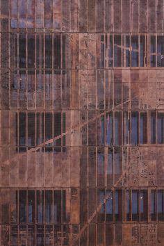 Als ze zoveel koper weglaat in de vorm van perforatie, dan heeft dat een zeer gunstig effect op de prijs P/m2! Aurubis Architectural Copper for Architecture by dNs.