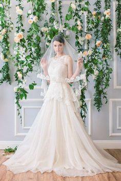 Ramas y flores como fondo para la novia