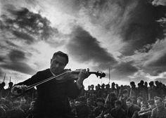 Профессор Московской консерватории П.Ильченко играет для солдат Южного фронта, 1942 год