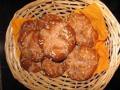 Das perfekte Dinkel-Vollkorn-Laugenbrötchen-Rezept mit einfacher Schritt-für-Schritt-Anleitung: Hefe zerbrockeln und mit Zucker und 225ml lauwarmem Wasser…
