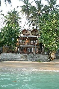Unawatuna beach in Sri Lanka... http://www.mysrilankantrip.com