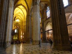 La cathédrale de Santa Maria du siège de Séville. La hauteur sous plafond, est impressionnante. Les voûtes de sa nef, mesurent 115 mètres de long, 76 mètres de large et s'élèvent à une hauteur de 42 mètres., ce qui est comparable aux cathédrales de Cologne ou d'Amiens - inférieur cependant à celles de Milan, Palma et Beauvais. Chacune des chapelles latérales pourrait elle-même contenir une église ordinaire.