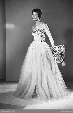 1953. Modell i balklänning med leoparddetalj och leopardmuff. Foto: Erik Holmén