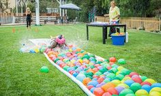 DIY Water Balloon Water Slide Looks like fun for kids of all ages. Video too - Water Balloons - Ideas of Water Balloons - DIY Water Balloon Water Slide Looks like fun for kids of all ages. Outdoor Water Games, Water Games For Kids, Backyard Games, Outdoor Fun, Outdoor Camping, Kids Water Party, Water Slides Backyard, Yard Games For Kids, Summer Games