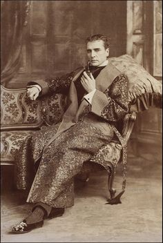 1901 William Gillette as Sherlock Holmes in 'Sherlock Holmes at the Lyceum'. This is the actor who invented the visual perception of Holmes with a deerstalker and calabash pipe. Sherlock Holmes, Victorian Men, Edwardian Era, Victorian Gentleman, Victorian London, Looks Vintage, Vintage Men, Vintage Bags, Vintage Fashion