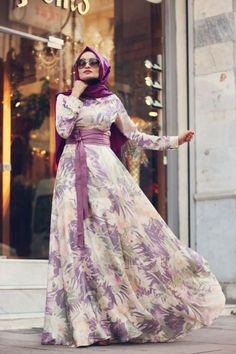 Mevra Kleidung Hijab an der Wende! Modest Dresses, Stylish Dresses, Casual Dresses, Muslim Women Fashion, Islamic Fashion, Abaya Designs, Hajib Fashion, Fashion Dresses, Maxi Dress With Sleeves