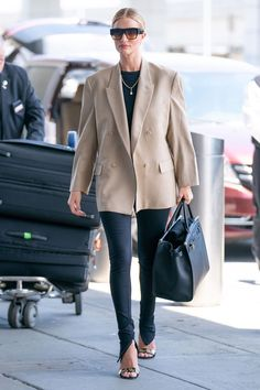 Rosie Huntington-Whiteley is business chic in beige jacket and black catsuit at JFK Airport in NYC Street Style Outfits, Look Street Style, Mode Outfits, Fashion Outfits, Airport Outfits, Airport Clothes, Airport Fashion, Outfits Inspiration, Mode Inspiration