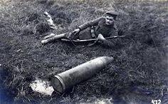 soldado a lado de un misil