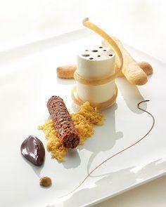 Tiramisu met mousse van mascarpone L'art de dresser et présenter une assiette comme un chef de la gastronomie...