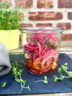 Marinated red onions with orange and thyme. Perfect for salads or sandwiches… Vegetarian Recipes Easy, Raw Food Recipes, Healthy Recipes, Tapas, Lchf, Chutney, Kimchi, Impreza, Roasted Almonds