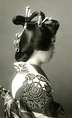 A Geiko (Geisha) dressed in the Genroku style, with her hair in the Shimada-mage hairstyle of the Middle Edo period (1688-1715). It is believed that the yujo (ladies of pleasure) of Shimada created the hairstyle. 1920s    Shimada-mage 1920s by Blue Ruin1 on Flickr