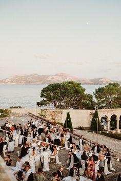 Stunning elegant wedding at La Fortaleza, Mallorca. - Stunning elegant wedding at La Fortaleza, Mallorca. Italy Wedding, Wedding Vows, Wedding Guest Book, Wedding Bells, Wedding Venues, Wedding Table, Wedding Hair, Luxury Wedding, Elegant Wedding