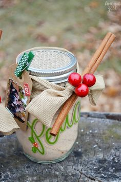 Get all the ingredients needed to make a Russian tea mix, also known as friendship tea. Create a mason jar gift with this orange tea mix which makes a great homemade holiday gift this season! Mason Jars, Mason Jar Gifts, Diy Food Gifts, Homemade Gifts, Easy Gifts, Russian Tea, Jar Art, Meals In A Jar, Jar Crafts