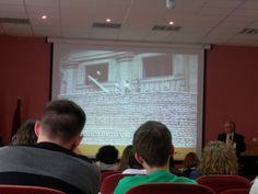 Antonio Cabello mostrando algunas de sus fotografías en la VIII Jornada FOTODOC