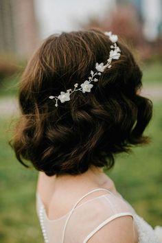 Un peinado para boda rústica. Flores y bellísimos bucles para una novia natural. Fotografía de bodas: Lev Kuperman Photography.