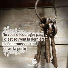 Ne vous découragez pas; c'est souvent la dernière clef du trousseau qui ouvre la porte. #citation #citations #quotes #PauloCoelho #clef #courage #patience