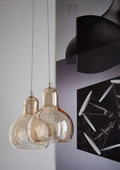 Taklampan Mega Bulb från &Tradition refererar med sin design till den klassiska kala glödlampan. De minimala ojämnheterna i det munblåsta glaset ger en härlig känsla av autenticitet.