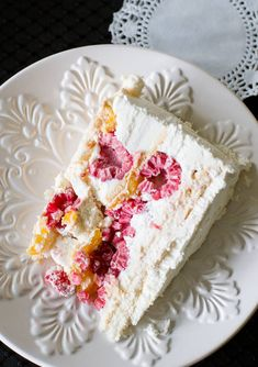 3 meringue discs layered with lemon curd or mango preserves (or curd), raspberries, and raspberry whipped cream. Chilean Desserts, Chilean Recipes, Chilean Food, Raspberry Meringue, Recipes With Whipping Cream, Cream Recipes, Merengue Cake, Pavlova Cake, Desert Recipes