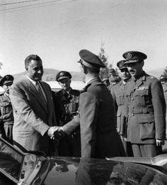 الزعيم جمال عبد الناصر يصافح الفريق محمد فوزي