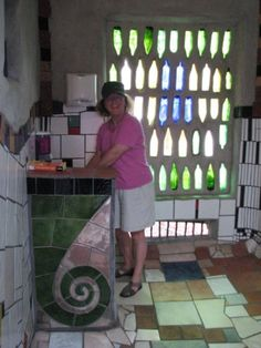 Recycled wine bottle window is a great green idea - Botella recicladas convertidas en ventana (With images) Bottle House, Bottle Wall, Bottle Garden, Glass House, Bottle Bottle, Recycled Wine Bottles, Recycled Glass, Casa Dos Hobbits, Earthship Home