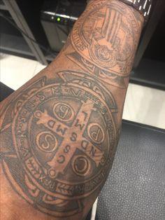 A Tattoo da medalha de São Bento que vc respeita
