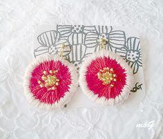 ハンドメイドマーケット minne(ミンネ)| あかいお花の刺繍ピアス