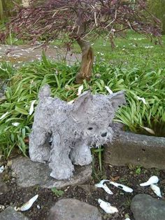 Stofftier in Zement tauchen Mehr Stuffed animals dipped in cement for yards Thrift store stuffie, then jab metal stakes into feet for stability.I think that this is a stuffed toy that was dipped in a slurry.oh the possibilities ladies and gents. Cement Art, Concrete Art, Concrete Garden, Concrete Design, Concrete Planters, Concrete Crafts, Concrete Projects, Garden Crafts, Garden Projects