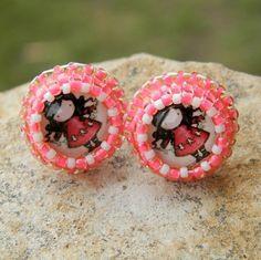 Puzetkové náušnice - Náušničkyjsou vyrobeny časově náročnou technikou šitého šperku. Krásné skleněné kabšonky jsou obšívané kvalitními japonskými korálky TOHO, podšívané umělou semiší slcantara. Použity jsou puzetky z… | vavavu