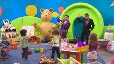 El popular cantante de música infantil, Topa, entró junto a Julián Weich al domo para divertir a los más bajitos: cantando y bailando. La estadía de los dos terminó con una divertida broma al conductor.