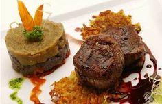 La cocina de La Bahía es internacional con tintes regionales. Vale destacar de su carta el cordero patagónico, trucha del lago, pastas caseras y fondues, dulces y saladas.