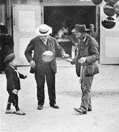 """Wien-Praterleben. Der kleine Aeronaut. Postkarte BKW Nr. 319. Dr. Emil Mayer nannte das Kind, das gerade einen Luftballon geschenkt bekommt, den """"kleinen Aeronauten"""". Wien. Photographie von Emil Mayer, um 1910."""