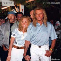 Johnny Hallyday rencontre la jeune Laeticia Boudou, vingt ans, en mars 1995. Ils se marient un an plus tard....