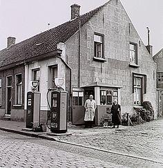 Eindhoven, Frankrijkstraat 31 (witte gevel). Kruising Fluwijnstraat. Benzineverkoop BP Auteur: Kerkhof, Andries Wilhelmus van de - 1958 - 1962