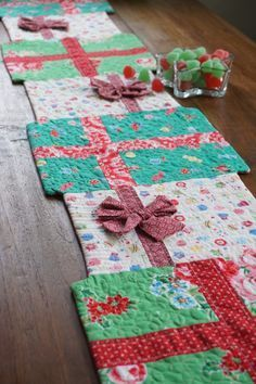 Sewing Quilts Christmas Table Runner More - How's a big stack of gifts for some holiday cheer! :) I've been putting off making holiday projects because, well, life has been so busy. But before I knew i… Table Runner Christmas, Christmas Placemats, Xmas Table Runners, Table Runner Tutorial, Christmas Sewing Projects, Christmas Sewing Gifts, Crochet Christmas, Christmas Fabric Crafts, Purple Christmas