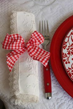 Pretty table setting, love the rolled napkin~❥