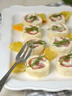 Rollitos de salmón y queso crema. Aperitivo fácil para Navidad Tapas, Bruschetta, Finger Foods, Sushi, Panna Cotta, Food And Drink, Appetizers, Cooking Recipes, Ethnic Recipes