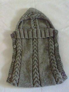 Saco para carregar bebê ou para o bebê dormir.Feito em tricô, com lã antialérgica, na cor cinza.Para recém-nascidos até 06 meses de idade.