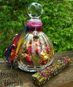 ☆ Pagan Witch's Sight Spell Bottle » Used for Unlocking Your Intuition, Divine Wisdom, Divination, Psychic Awareness, Visions, Second Sight, Enlightenment, Insight and Clairvoyance and can be used to Honor Goddesses of Wisdom and Intuition including Cerridwen, Selene and Hecate. Herbs: Red Rose, Calendula, Lemongrass, Sandalwood, Mugwort, Hibiscus flowers and Amethyst. Also comes with a smudge bundle of Mugwort, also harvested from our witch's garden .:¦:. Etsy Shop: MoonlitHerbals ☆
