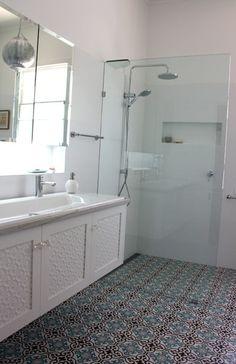 azule doorlopend in douche Bathroom Renos, Bathroom Ideas, Bathrooms, New Homes, Bathtub, Layout, Interior Design, Tile, Laundry